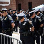 Los oficiales de NYPD observan un momento de silencio.
