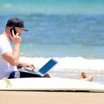 Más de la mitad de los trabajadores dicen que mantendrán contacto con el trabajo durante vacaciones.