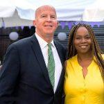 Yasmin Cornelius, aquí con el comisionado James O'Neill del NYPD, se unió a la Junta.