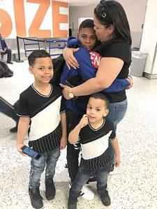 """""""Gracias a Dios los tengo a todos a mi lado"""", dice Sheila Feliciano, de sus tres hijos."""
