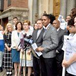"""""""[Este es] un ataque a la sociedad misma"""", dijo el concejal Ritchie Torres (centro)."""