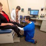 La EEOC encontró que los requisitos físicos necesarios para atender a los pacientes exponen a las enfermeras a tasas altas de lesiones, enfermedades y tensiones físicas.