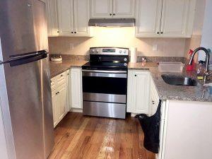 Tener una cocina le permite a Martínez preparar y almacenar comidas completas.