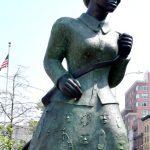 La conferencia de prensa se celebró en la base de la estatua de Harriet Tubman.