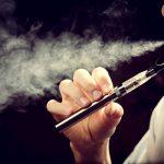 Existe preocupación sobre el uso de cigarrillos electrónicos entre los jóvenes.