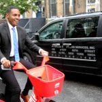 El concejal Ritchie Torres toma una bicicleta JUMP para dar un giro.