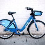 Las bicicletas se pueden aparcar en la acera en cualquier lugar dentro del área de servicio.