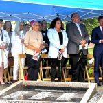Residentes y funcionarios electos se reunieron en el Jardín Conmemorativo.