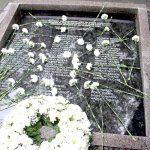 Se colocaron flores sobre la placa conmemorativa.