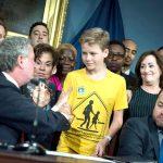 Un joven defensor asiste a la ceremonia de firma del proyecto de ley.