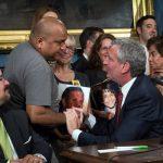 Raúl Ampuero comparte un momento con el alcalde de Blasio. Un conductor que se dio a la fuga mató a su hijo de 9 años, Giovanni, esta primavera.