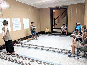 Residentes participan en una sesión de organización en contra de su propietario.