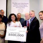 La asambleísta Nathalia Fernández (centro) ha asignado $500,000 dólares en fondos a la Clínica Parnes.