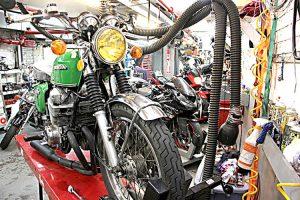 Pablo Ventura creó su propio negocio de reparación de motocicletas a los 55 años.