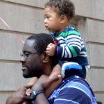 Un padre y su hijo escuchan.