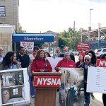 """""""Tenemos pacientes que esperan a veces tres días por una cama"""", acusó la presidenta de NYSNA, Judy Sheridan-González (centro)."""