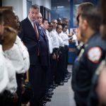 Todos los jóvenes de 16 y 17 años han sido trasladados de la instalación correccional de Rikers Island, dijo el alcalde Bill de Blasio.