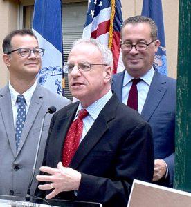 """""""Estamos obteniendo una nueva biblioteca"""", dijo el asambleísta estatal Jeffrey Dinowitz."""