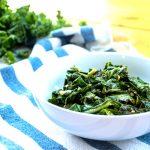 La col rizada y las coles verdes contienen porciones sustanciales de vitamina K y vitamina A.