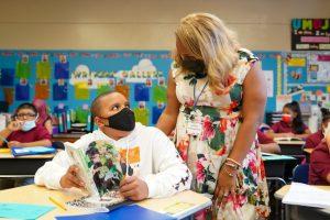 La canciller de escuelas, Meisha Porter, visita a un estudiante.
